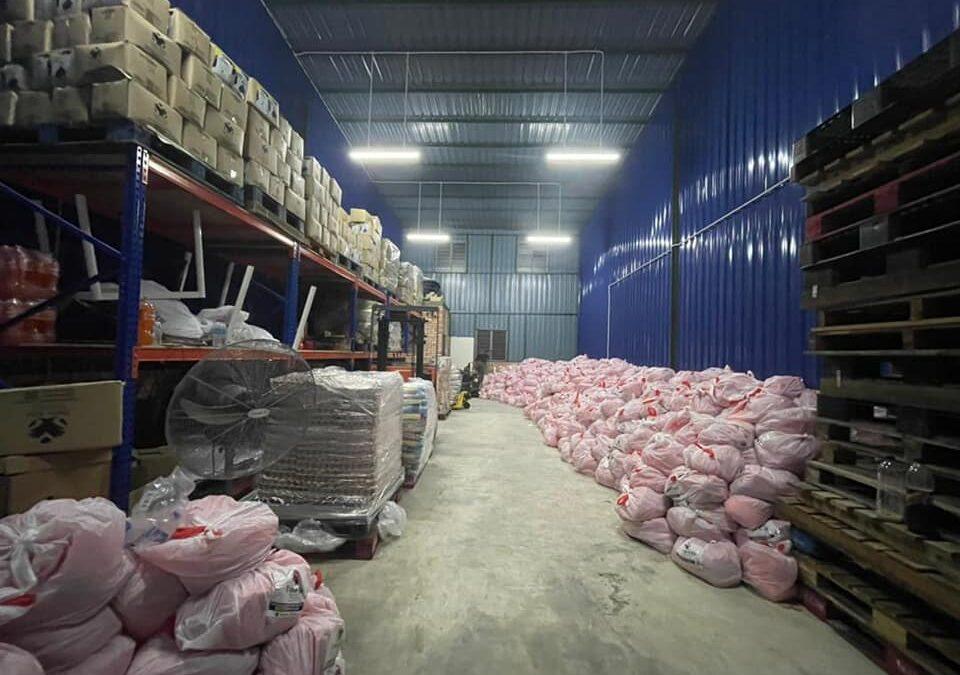 Hampir jam 3 pagi baru settle turunkan 2300 set barang dapur untuk agihan minggu ni